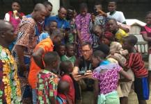 Mike volando el drone durante el rodaje de un documental en Benin, Africa.