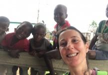 Maria rodeada de pequeños en la grabación de un documental en Benin, África.