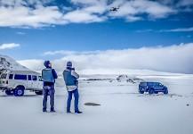 Mike y Ernesto volando el drone en Islandia